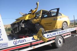 Kamyonet ile ticari taksi kafa kafaya çarpıştı: 6 yaralı
