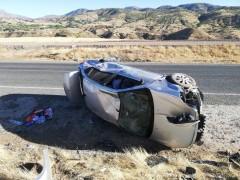 Otomobil levhaya çarpıp devrildi, 1 yaralı