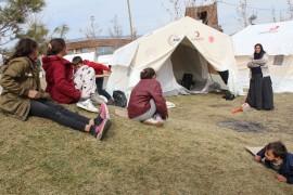 Depremzede anne, 6 çocukla çadırda hayata tutundu