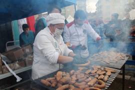Festival iptal edildi, 1 ton sucuk Elazığ'da depremzedelere ikram edildi