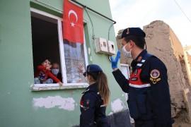 Ağabeyi istedi, Jandarma küçük Eymen'e sürpriz doğum günü yaptı