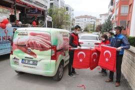 Elazığ'da Vefa ekipleri, çocuklara bayrak dağıttı
