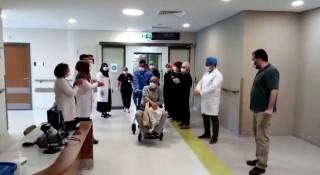 Elazığ'da korona'yı yenen hastalar alkışlarla taburcu edildi