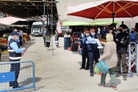 Elazığ'da pazarlarda maske dağıtımı