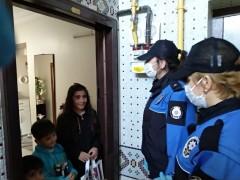 Elazığ polisinden, çocuklara kitap servisi