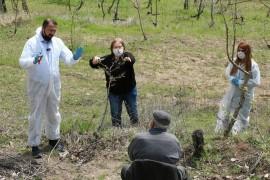 Vefa ekipleri 80 yaşındaki çiftçinin bahçesinde budama yaptı