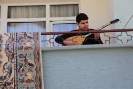 4 saatlik sokağa çıkma izninde de evde kaldı, balkonda saz çaldı