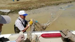 Elazığ'da bin metrelik kaçak balık ağı toplanarak imha edildi