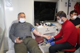 """Elazığ'da eğitimcilerden """"İyilik Kanımızda Var"""" sloganıyla kan bağışı"""