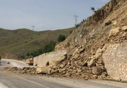 Elazığ-Keban yolunda heyelan, kaya parçaları yolu kapattı