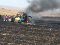 Biçerdöver alev aldı, 10 dönüm ekili alan yandı