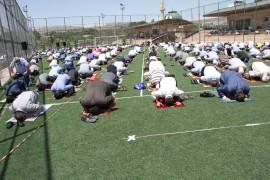 Elazığ'da futbol sahasında sosyal mesafeli cuma namazı
