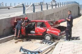 Otomobil üst geçitten uçtu: 1 yaralı