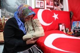 Şehit ailesi oğullarından kalan hatıraların kokusuyla yaşıyor