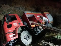 Kamyon kazasına giden itfaiye aracı şarampole devrildi