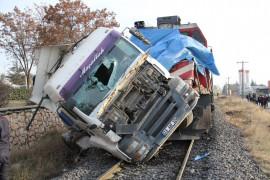 Elazığ'da tren, çarptığı tırı 100 metre sürükledi: 5  yaralı