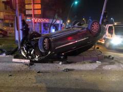 Kısıtlama saatinde çaldığı otomobil ile kaza yapan şüpheli hastanelik oldu