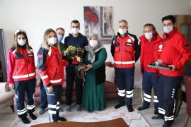 Elazığ depreminin simge isimlerinden Azize Çelik'i, ilk müdahaleyi yapan ekip ziyaret etti