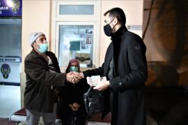 İnşaat işçisi, ailesiyle para dolu çanta buldu, saymadan polise gitti