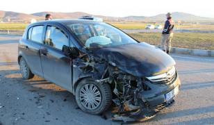 Elazığ'da otomobil traktöre çarptı: 4 yaralı