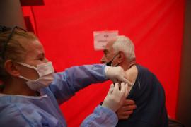 Elazığ'da vatandaşa aşı kolaylığı, meydana çadır kuruldu