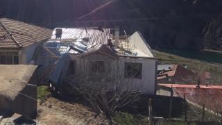 Elazığ'ın 2 ilçesinde fırtına bazı çatıları uçurdu