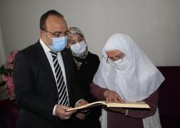 Kur'an-ı Kerim okumak için okuma yazma öğrenen Halime nineye anlamlı hediye