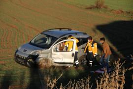 Otobüsle çarpışan hafif ticari araç tarlaya uçtu: 1 yaralı