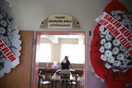 Üç makineye bağlı tek parmağı ile 3 kitap çıkaran Nurçin adına kütüphane açıldı