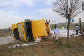 Elazığ'da tır refüje çarpıp devrildi, sürücü yaralandı