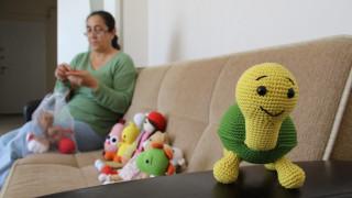 Kemoterapide gördüğü çocukların yüzlerini ördüğü bebeklerle güldürdü
