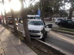 Otomobil ağaca çarptı: 3 yaralı