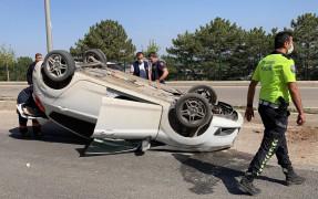 Refüje çarpan otomobil ters döndü:2 yaralı