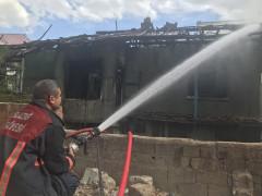 Depremden sonra boşaltılan 2 katlı ev yandı