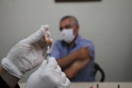 Elazığ'da aşı timleri sahada, görüştükleri herkesi ikna edip yerinde aşısını yapıyor