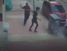 Sokak ortasında 17 yaşındaki genci darp edip telefonunu almaya çalıştı