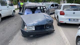 Ehliyetsiz sürücü ters yöne girdi, iki otomobile çarptı: 2 yaralı