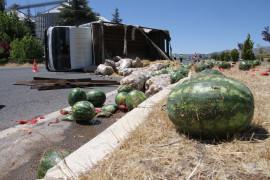 Elazığ'da kamyon devrildi karpuzlar yola saçıldı, ekipler ve vatandaşlar yardıma koştu