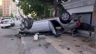 Park halindeki araca çarpan otomobil ters döndü: 3 yaralı