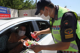 Elazığ'da jandarmadan bayramda şeker ve kolonyalı uygulama