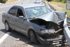 Hafif ticari araç ile çarpışan otomobil bariyerlere saplandı: 5 yaralı