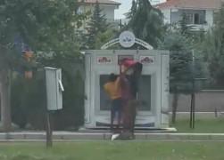 İhtiyaç sahipleri için paylaşım noktasına bırakılan elbiseleri çaldılar