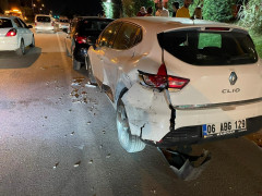 Önce birbirlerine ardından park halindeki araçlara çarptılar:  1 yaralı