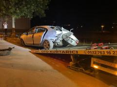 Yol kenarındaki ağaçlara çarpan otomobil hurdaya döndü: 2 yaralı