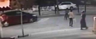Bisiklet süren çocuğa araba çarptı, hemşire çıkan sürücü müdahale etti
