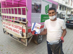 Torununun teşviki ile sokak sokak gezerek atık kitap topluyor, hem geri dönüşüme kazandırıyor hem de öğrencilere ücretsiz veriyor